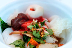 Νουντλς με τη σφαίρα ψαριών στην κόκκινη σάλτσα Στοκ φωτογραφία με δικαίωμα ελεύθερης χρήσης
