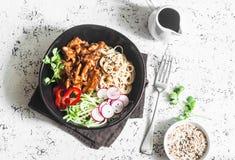 Νουντλς ρυζιού και πικάντικο κοτόπουλο με τα γρήγορα παστωμένα αγγούρια και τα ραδίκια Σε ένα ελαφρύ υπόβαθρο, τοπ άποψη Στοκ Εικόνες