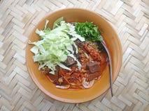 Νουντλς ρυζιού με την πικάντικη σάλτσα ταϊλανδικό Kanom Jeen Nam Ngeaw χοιρινού κρέατος στην καλαθοπλεχτική μπαμπού Στοκ Φωτογραφίες