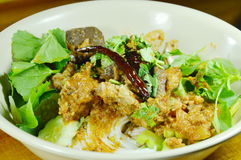 Νουντλς ρυζιού που ντύνουν το πικάντικο χοιρινό κρέας μπριζολών και την κόκκινη σάλτσα δέντρων βαμβακιού κόκκαλων με το λαχανικό  Στοκ φωτογραφία με δικαίωμα ελεύθερης χρήσης