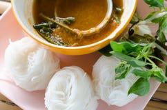Νουντλς ρυζιού στη γλυκιά παραδοσιακή ταϊλανδική κουζίνα σάλτσας κάρρυ, ric στοκ εικόνες
