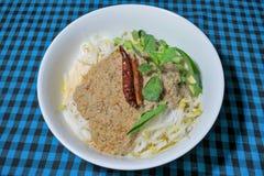 Νουντλς ρυζιού στη σάλτσα κάρρυ ψαριών Στοκ Φωτογραφία