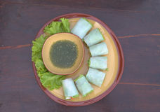 Νουντλς ρόλων με το λαχανικό και τη σάλτσα, βρασμένος στον ατμό ρόλος νουντλς ρυζιού, ασιατικά τρόφιμα Στοκ Εικόνες