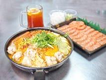 Νουντλς στην πικάντικη σούπα κάρρυ γάλακτος και σολομός με το υπόβαθρο θαμπάδων Στοκ εικόνες με δικαίωμα ελεύθερης χρήσης