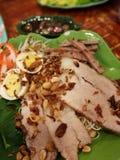 νουντλς χοιρινού κρέατος σχαρών με το αυγό Στοκ Φωτογραφίες