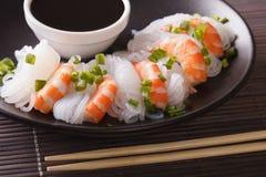 Νουντλς Shirataki με τις γαρίδες, τα πράσινα κρεμμύδια και τον περίβολο σάλτσας σόγιας Στοκ εικόνα με δικαίωμα ελεύθερης χρήσης