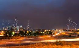 Ντένβερ, Κολοράντο - στο κέντρο της πόλης ορίζοντας κατά τη διάρκεια της θύελλας αστραπής Στοκ φωτογραφία με δικαίωμα ελεύθερης χρήσης