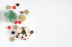 Ντέφι με τις διακοσμήσεις Χριστουγέννων στο άσπρο ξύλινο υπόβαθρο Στοκ Φωτογραφία