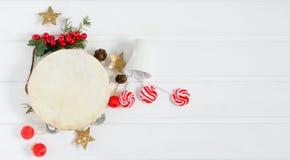 Ντέφι με τις διακοσμήσεις Χριστουγέννων στο άσπρο ξύλινο υπόβαθρο Στοκ φωτογραφία με δικαίωμα ελεύθερης χρήσης