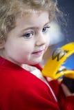 Ντέφι παιχνιδιού κοριτσιών στο βρεφικό σταθμό Στοκ φωτογραφία με δικαίωμα ελεύθερης χρήσης