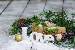 Ντεκόρ αγάπης και Χριστουγέννων στο χειμερινό υπόβαθρο Στοκ Φωτογραφίες