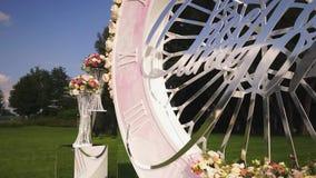 Ντεκόρ ανθοδεσμών τεχνητών λουλουδιών στη γαμήλια τελετή με το φως υπόβαθρο-3 θαμπάδων απόθεμα βίντεο