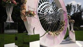 Ντεκόρ ανθοδεσμών τεχνητών λουλουδιών στη γαμήλια τελετή με το φως υπόβαθρο-8 θαμπάδων απόθεμα βίντεο