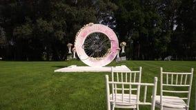 Ντεκόρ ανθοδεσμών τεχνητών λουλουδιών στη γαμήλια τελετή με το φως υπόβαθρο-4 θαμπάδων απόθεμα βίντεο