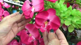 Ντεκόρ ανθοδεσμών τεχνητών λουλουδιών στη λεωφόρο αγορών Κατάστημα λουλουδιών στην Ασία απόθεμα βίντεο