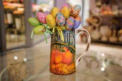 Ντεκόρ αυγών Πάσχας Colorfull στον πίνακα Στοκ εικόνες με δικαίωμα ελεύθερης χρήσης
