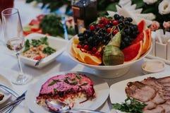 Ντεκόρ γαμήλιου συμποσίου Πίνακας με τα τρόφιμα στοκ φωτογραφίες με δικαίωμα ελεύθερης χρήσης