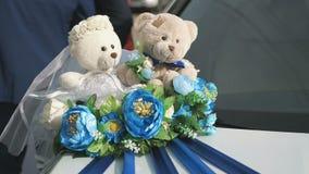 Ντεκόρ γαμήλιων αυτοκινήτων - αρκούδες newlyweds απόθεμα βίντεο