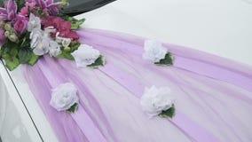 Ντεκόρ γαμήλιων αυτοκινήτων με μορφή ανθοδέσμης με την κορδέλλα απόθεμα βίντεο