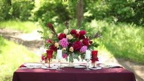 Ντεκόρ γαμήλιων πινάκων στη φύση μια ηλιόλουστη ημέρα φιλμ μικρού μήκους