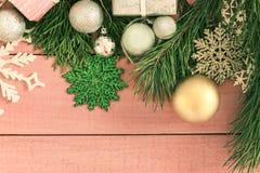 Ντεκόρ διακοπών Χριστουγέννων Διακοσμημένες πλαίσιο χρυσές σφαίρες, κλάδος έλατου Στοκ φωτογραφίες με δικαίωμα ελεύθερης χρήσης