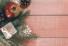 Ντεκόρ διακοπών Χριστουγέννων Διακοσμημένες πλαίσιο χρυσές σφαίρες, κλάδος έλατου Στοκ εικόνα με δικαίωμα ελεύθερης χρήσης