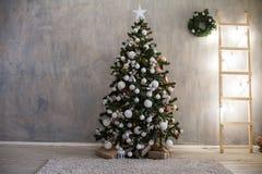 Ντεκόρ δώρων χριστουγεννιάτικων δέντρων Χριστουγέννων στοκ φωτογραφία