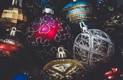 ντεκόρ εορταστικό Ζωηρόχρωμα παιχνίδια χριστουγεννιάτικων δέντρων Στοκ Φωτογραφίες