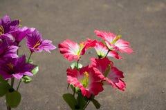 Ντεκόρ λουλουδιών ανθοδεσμών στη ρόδινη σχέση γαμήλιας τελετής στοκ φωτογραφία