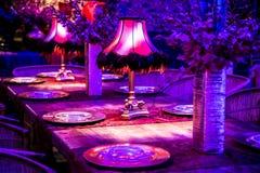 Ντεκόρ με τα κεριά και τους λαμπτήρες για το εταιρικό γεύμα γεγονότος ή gala στοκ φωτογραφία με δικαίωμα ελεύθερης χρήσης