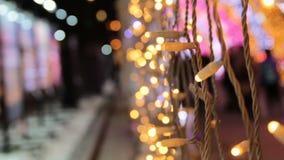 Ντεκόρ μιας οδού με το βολβό των οδηγήσεων Θέμα καλής χρονιάς και Χριστουγέννων φιλμ μικρού μήκους