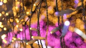 Ντεκόρ μιας οδού με το βολβό των οδηγήσεων Θέμα καλής χρονιάς και Χριστουγέννων απόθεμα βίντεο