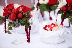 Ντεκόρ λουλουδιών γαμήλιας τελετής στοκ φωτογραφίες