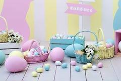 Ντεκόρ Πάσχας και άνοιξη Μεγάλα πολύχρωμα αυγά και λαγουδάκι Πάσχας στοκ εικόνα με δικαίωμα ελεύθερης χρήσης