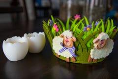 Ντεκόρ Πάσχας με τα baa-αρνιά στο πράσινα καλάθι και τα αυγά στοκ εικόνες με δικαίωμα ελεύθερης χρήσης