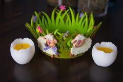 Ντεκόρ Πάσχας με τα baa-αρνιά στο πράσινα καλάθι και τα αυγά στοκ φωτογραφία με δικαίωμα ελεύθερης χρήσης