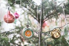 Ντεκόρ σε ένα χριστουγεννιάτικο δέντρο Στοκ φωτογραφίες με δικαίωμα ελεύθερης χρήσης