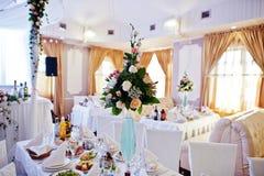 Ντεκόρ στη δεξίωση γάμου, ανθοδέσμες των λουλουδιών στο βάζο με το blu Στοκ Εικόνα