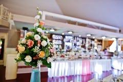 Ντεκόρ στη δεξίωση γάμου, ανθοδέσμες των λουλουδιών στο βάζο με το blu Στοκ Φωτογραφίες
