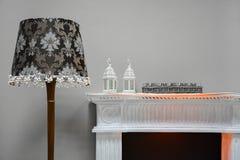 Ντεκόρ στοιχείων Λαμπτήρας δύο πατωμάτων λαμπτήρες και γυαλιά mantelpiece Στοκ Εικόνα