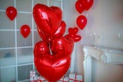 Ντεκόρ στούντιο με τα κιβώτια δώρων και τα κόκκινα μπαλόνια στη μορφή καρδιών στοκ εικόνες με δικαίωμα ελεύθερης χρήσης