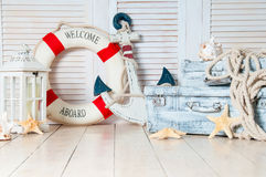 Ντεκόρ στο ύφος του ταξιδιού θάλασσας, των βαλιτσών και της άγκυρας, lifebuoy, φανάρι στοκ φωτογραφία