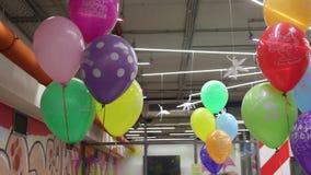 Ντεκόρ της γιορτής γενεθλίων με χρωματισμένα ballons απόθεμα βίντεο