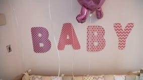 Ντεκόρ της κρεβατοκάμαρας των παιδιών μετά από το νοσοκομείο μητρότητας φιλμ μικρού μήκους