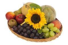 Ντεκόρ του μεγάλου καλαθιού φρούτων με τον ηλίανθο Στοκ εικόνες με δικαίωμα ελεύθερης χρήσης
