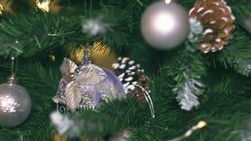 Ντεκόρ του νέου έτους στο δωμάτιο με ένα χριστουγεννιάτικο δέντρο, μια εστία και τα δώρα, υπάρχει θόρυβος στο βίντεο απόθεμα βίντεο