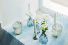 Ντεκόρ του photostudio - άσπρα κεριά, μπλε κλωστοϋφαντουργικό προϊόν Στοκ εικόνα με δικαίωμα ελεύθερης χρήσης
