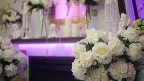 Ντεκόρ των λουλουδιών στο γαμήλιο πίνακα φιλμ μικρού μήκους