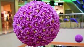 Ντεκόρ των τεχνητών λουλουδιών με μορφή μιας σφαίρας στο τεχνητό φως φιλμ μικρού μήκους