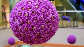 Ντεκόρ των τεχνητών λουλουδιών με μορφή μιας σφαίρας στο τεχνητό φως απόθεμα βίντεο